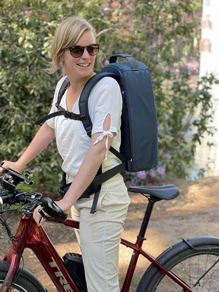 Huisarts met rugzak voor op de fiets